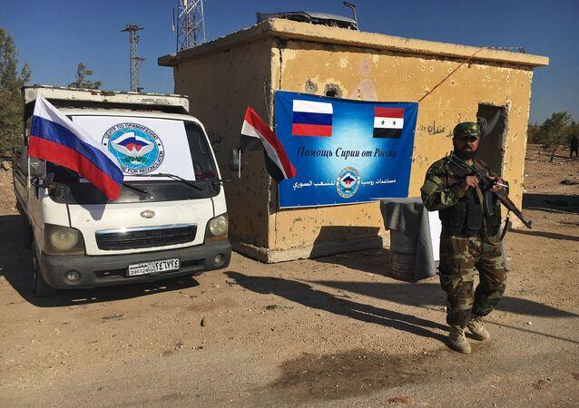 Os policiais no corredor humanitário na estrada Castello