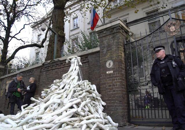 Braços artificiais na entrada da embaixada russa em Londres, como forma de protesto contra a campanha da Rússia na Síria, em 3 de novembro de 2016