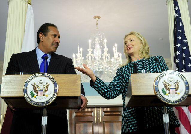 A então secretária de Estado dos EUA, Hillary Clinton, com o primeiro-ministro e ministro das Relações Exteriores do Qatar, Hamad bin Jassim bin Jabr Al-Thani, em 11 de janeiro de 2012