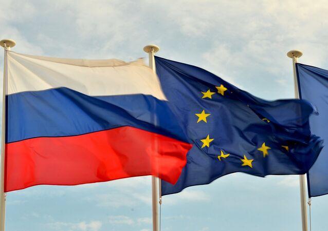 Bandeiras da Rússia e da UE (foto de arquivo)