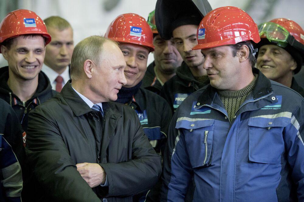31 de outubro de 2016, o presidente da Rússia, Vladimir Putin, com trabalhadores da Empresa de Construção Naval de Astrakhan
