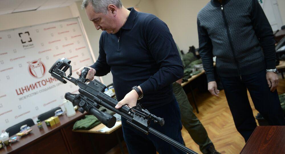 vice-prêmie russo, Dmitry Rogozin, examinando uma nova arma russa (espingarda de atirador furtivo)