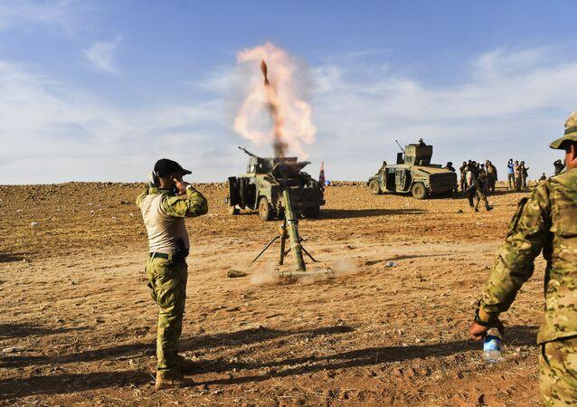 Exército do Iraque dispara morteiro durante operação para libertar Mossul