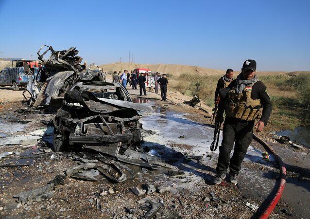 As forças de segurança iraquianas inspecionam o local de um atentado em Tikrit, Iraque, 6 de novembro de 2016