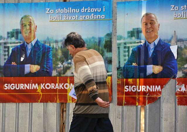 Posteres de campanha do primeiro-ministro de Montenegro, Milo Djukanovic, em Podgorica, 14 de outubro de 2016