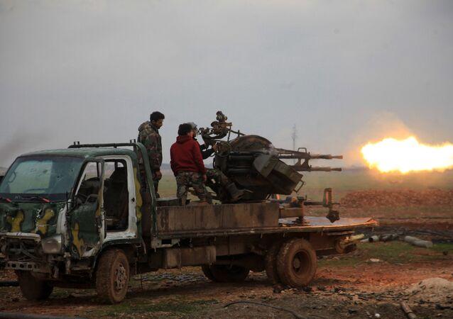 Forças leais ao presidente sírio Bashar Assad disparando contra terroristas do Daesh a sul da cidade de Al-Bab na província de Aleppo na Síria (foto de arquivo)