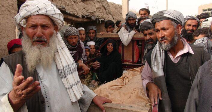 Após ataque em Kunduz - Crianças mortas cobertas com lona