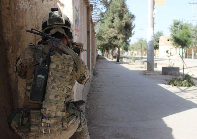Soldado do exército afegão durante combates contra o Talibã (imagem de arquivo)