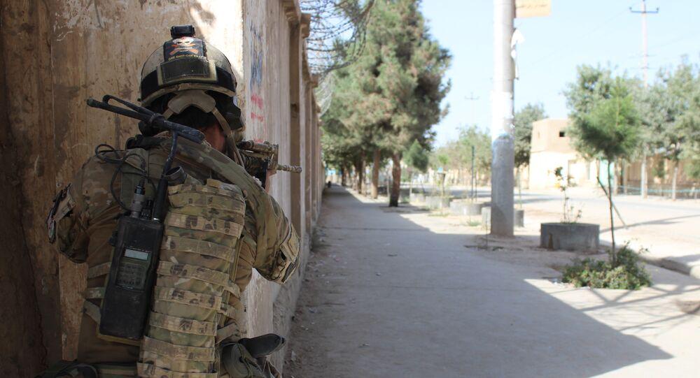 Soldado do exército afegão durante combates contra o Talibã, 4 de outubro de 2016