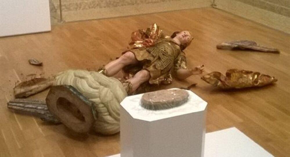 Arcanjo Miguel quebrado por um turista