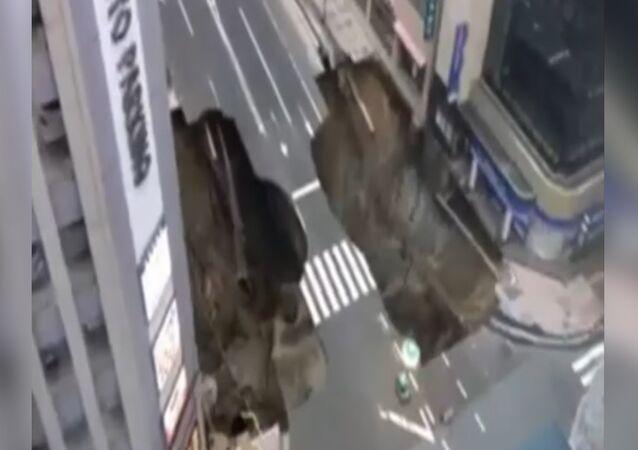 Imagens do apocalipse: enorme cratera engole parte de uma avenida no Japão (VÍDEO)