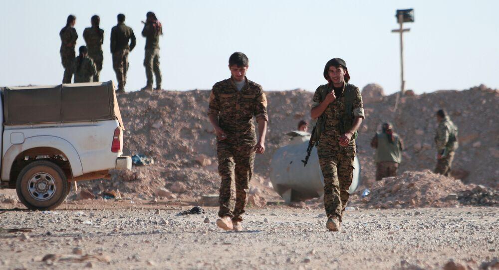 Membros das Forças Democráticas da Síria (FDS) no norte da cidade de Raqqa, Síria, em novembro de 2016