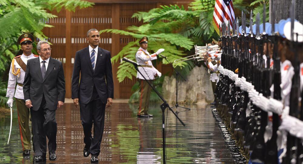 O presidente dos EUA, Barack Obama, e o presidente cubano, Raúl Castro, verificam as tropas cubanas no Palácio da Revolução, em Havana, em 21 de março de 2016.