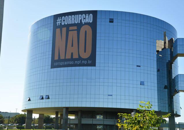 Cartaz contra a corrupção no prédio da empreiteira Odebrecht (arquivo)