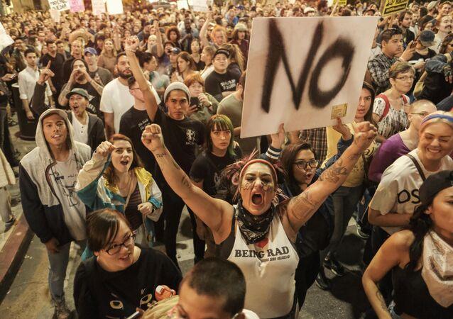 Manifestantes durante protestos contra presidente eleito Donald Trump, Los Angeles, Califórnia, EUA, 10 de novembro de 2016
