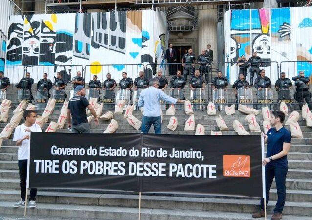 Moradores do Jacarezinho e Rio de Paz protestam na Alerj, sob o olhar da Polícia Militar
