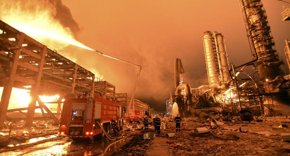 Bombeiros tentam apagar o incêndio em uma usina petroquímica em Zhangzhou, na província de Fujian, China (imagem referencial)