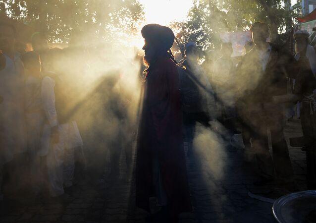 Um devoto paquistanês dança no santuário do santo Sufi Hazrat Shah Hussain, popularmente conhecido como Madhu Lal Hussain, em Lahore