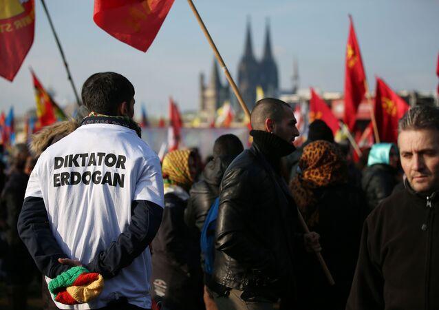 Protesto em Colônia contra o presidente da Turquia, Recep Tayyip Erdogan