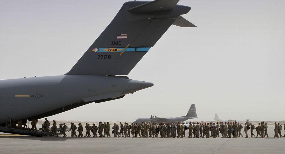 Soldados norte-americanos entrando em um avião militar na base militar de Bagram saindo do Afeganistão (foto de arquivo)