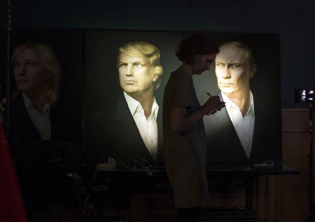 Uma jornalista fazendo uma matéria durante transmissão ao vivo das presidenciais norte-americanas, com os retratos de Trump e Putin no fundo