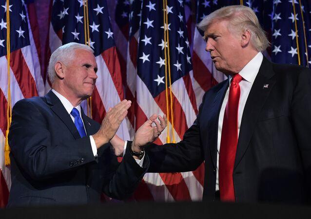 Vice-presidente dos EUA, Mike Pence, com o presidente Donald Trump (arquivo)