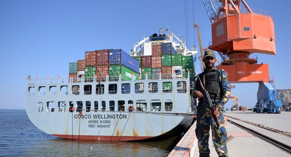Agente da Marinha paquistanesa está na posição no porto de Gwadar, Paquistão, 13 de novembro de 2016