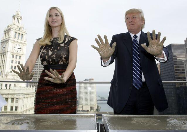 Ivanka Trump e o seu pai Donald Trump deixam marcas das mãos no telhado do Hotel Internacional e Torre de Trump em Chicago, EUA, setembro de 2008