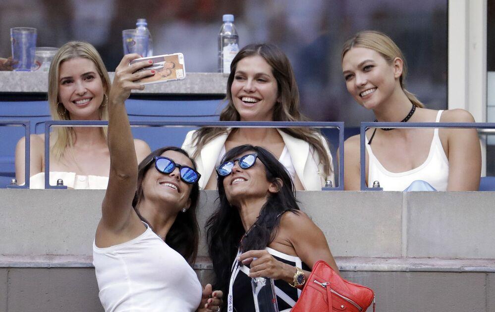 Duas mulheres tiram selfie com Ivanka Trump durante jogo de tênis em Nova York, 11 de setembro de 2016