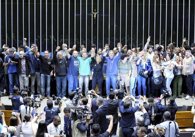 Manifestantes invadem o plenário da Câmara dos Deputados em 2016 e pedem por intervenção militar.