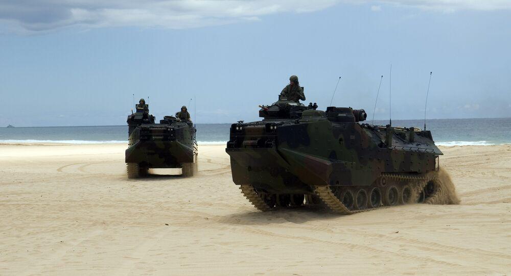 Carros de combate que participam do espetáculo militar no Japão