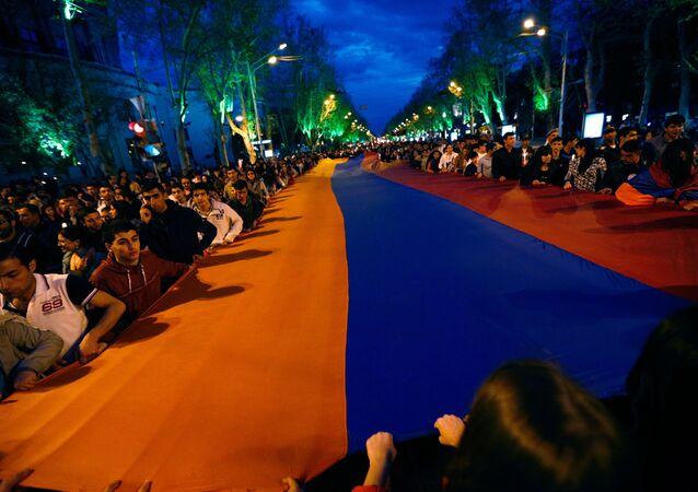 Marcha em homenagem às vítimas do genocídio armênio de 1915 em Erevan
