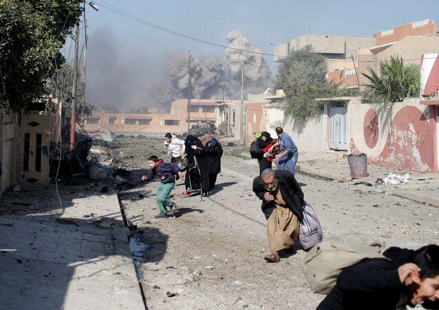 Pessoas correm em pânico no bairro Tahrir, Mossul, Iraque, 17 de novembro, 2016