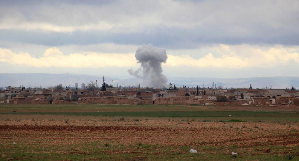 Esta foto mostra fumaça subindo de uma instalação terrorista atingida por um ataque das forças governamentais da Síria em Al-Bab em 24 de janeiro de 2016