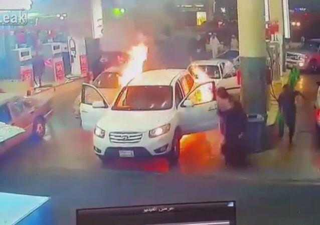 Aquele momento quando o carro pega fogo no posto de gasolina