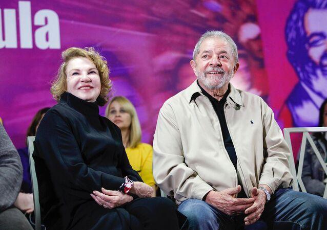 O ex-presidente Lula e sua esposa, Marisa Letícia, durante encontro que marca os 10 anos da Lei Maria da Penha