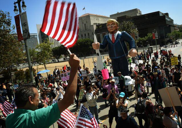 Membros da União de direitos dos imigrantes exibem um gigante boneco de ar de Donald Trump, durante protesto em Los Angeles, Califórnia, em 1 de maio de 2016
