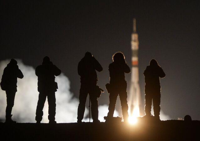 O foguete portador Soyuz-FG, com a nave tripulada Soyuz MS-03 decolou do cosmódromo de Baikonur, no dia 18 de novembro. A 20 de novembro, a nave se acoplou com a Estação Espacial Internacional. O astronauta da Agência Espacial Europeia (ESA) Thomas Pesquet e o cosmonauta da Roscosmos Oleg Novitsky iniciam agora a sua estadia no laboratório espacial