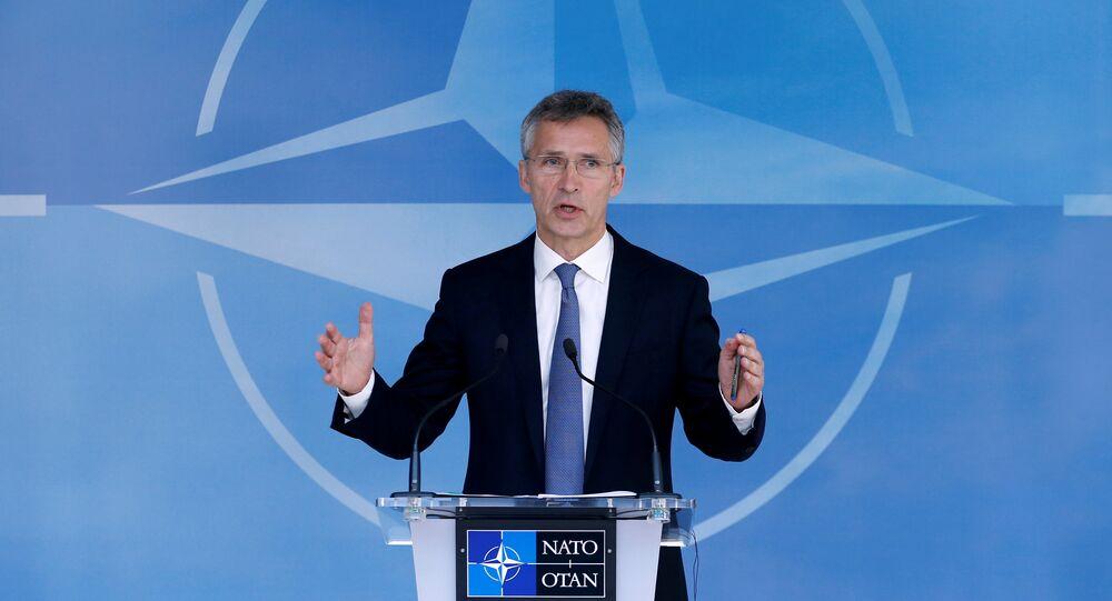 O secretário-geral da OTAN, Jens Stoltenberg,  instrue a mídia durante uma reunião dos ministros de defesa da OTAN na sede da Aliança, em Bruxelas, Bélgica, 14 de junho de 2016
