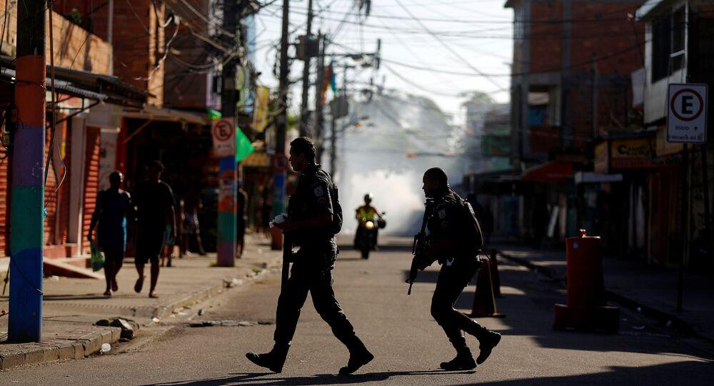 Policiais militares em operação contra traficantes na Cidade de Deus