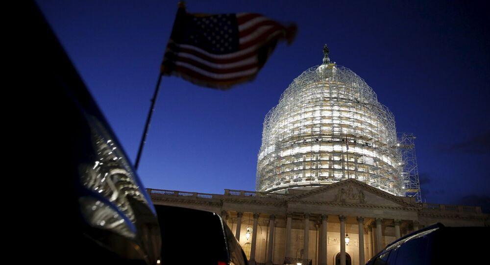 A bandeira americana em um veículo vibra quando o sol se põe atrás da cúpula do Capitólio dos EUA nas horas antes de o presidente Barack Obama entregar o discurso do Estado da União a uma sessão conjunta do Congresso em Washington em 12 de janeiro de 2016