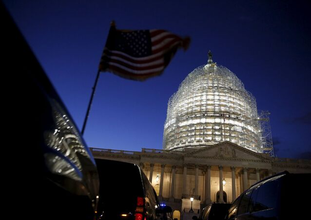 A bandeira americana em frente ao Congresso dos EUA.
