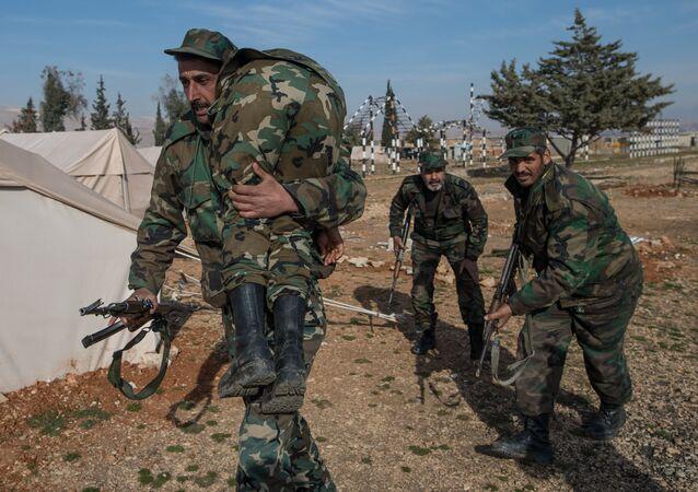 Educação dos voluntários do exército sírio nos subúrbios de Damasco