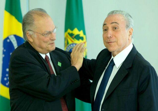 Roberto Freire e Michel Temer durante a posse