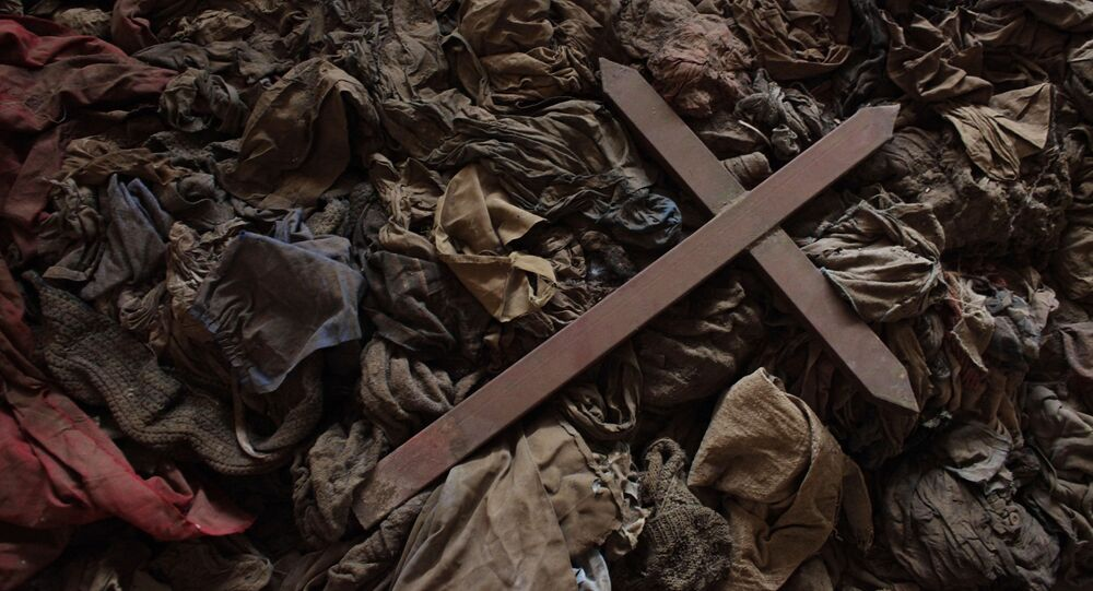 Cruz sobre a roupa de tutsis mortos em uma igreja em Ruanda (arquivo)
