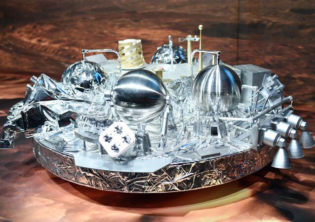 O módulo Schiaparelli, a sonda espacial, na tela da Agência Espacial Europeia (ESA), em Darmstadt, na Alemanha