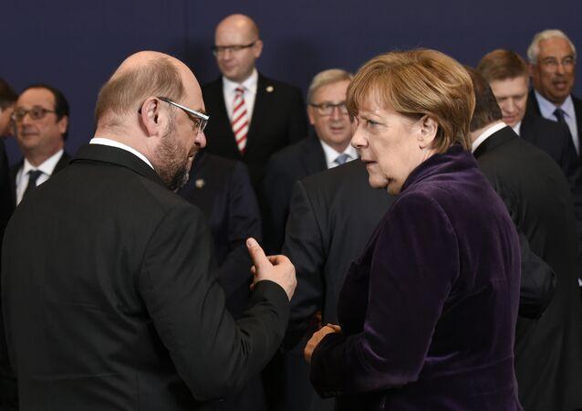 Presidente do Parlamento Europeu, Martin Schulz, e a chanceler alemã Angela Merkel na cúpula da União Europeia, Bruxelas, Bélgica, dezembro de 2015