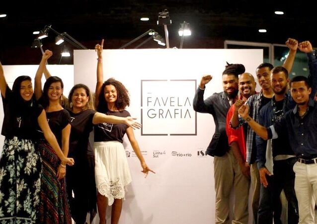 Os nove jovens fotógrafos que participam do projeto Favelagrafia na exposição no MAM