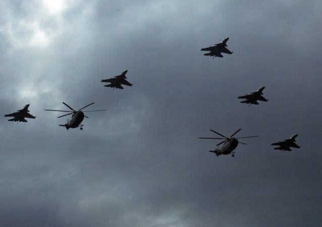 Caças J-16 da China voam em formação com helicópteros Mi-8 sobre Pequim (foto de arquivo)