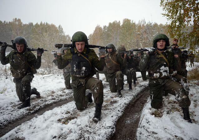 Agentes da Guarda Nacional da Rússia durante concurso militar na região de Novosibirsk, Rússia, em outubro de 2016